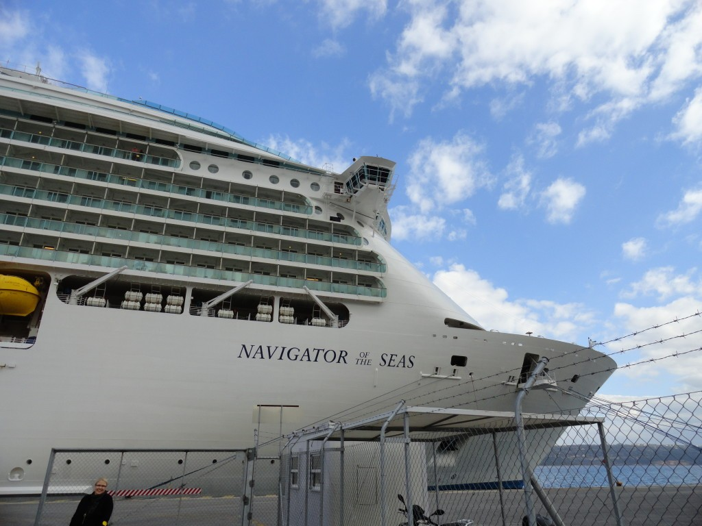 Die Navigator of the Seas in Athen am hafen