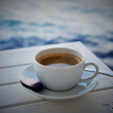 Kaffee auf der Balkonkabine der Mein Schiff 4