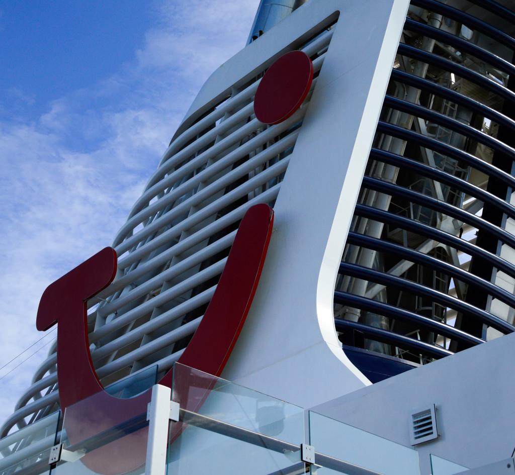 Der Schornstein vom dem Kreuzfahrtschiff Mein Schiff 4