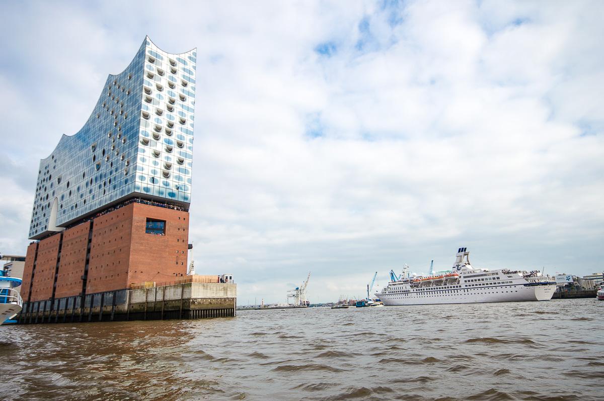 Elbphilharmonie und MS Astor in Hamburg
