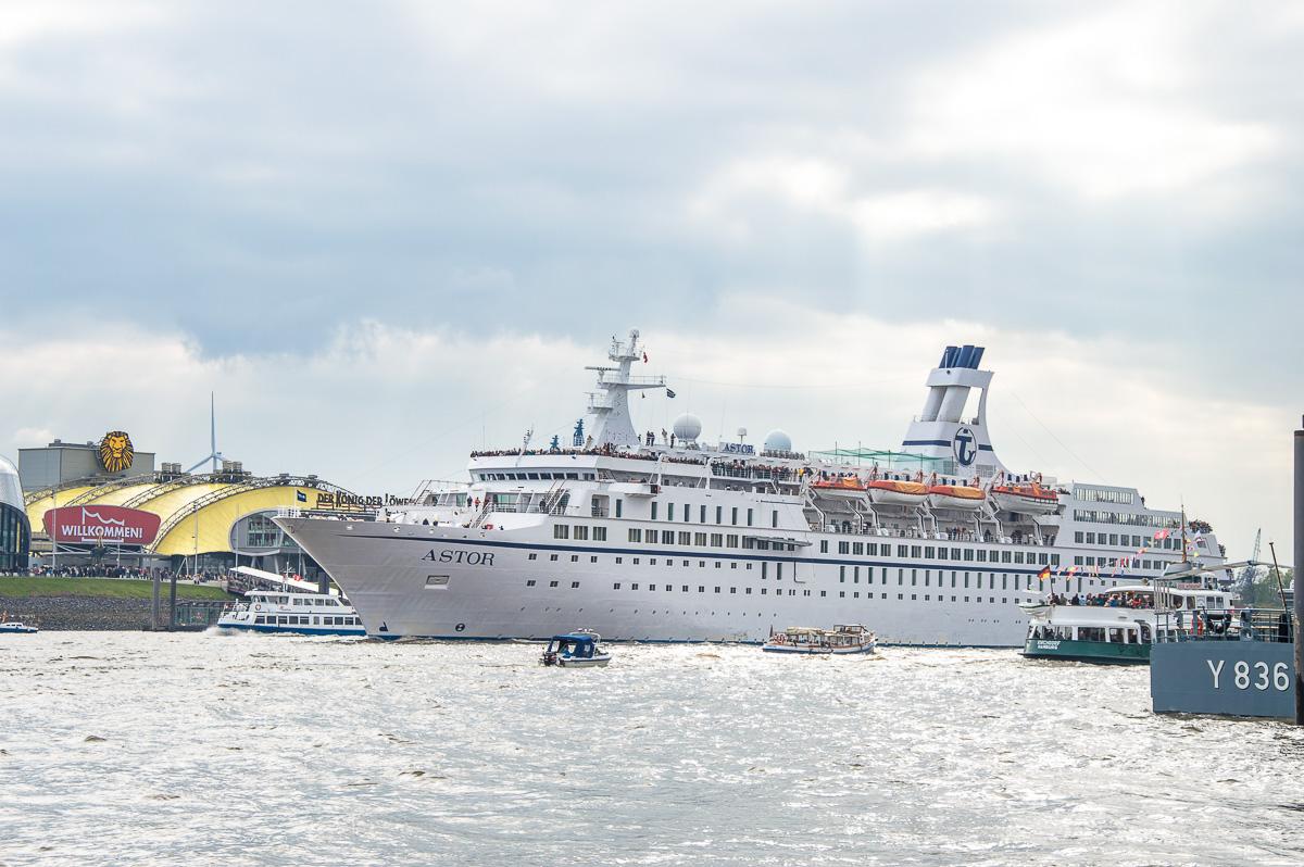 MS Astor beim Hafengeburtstag in Hamburg