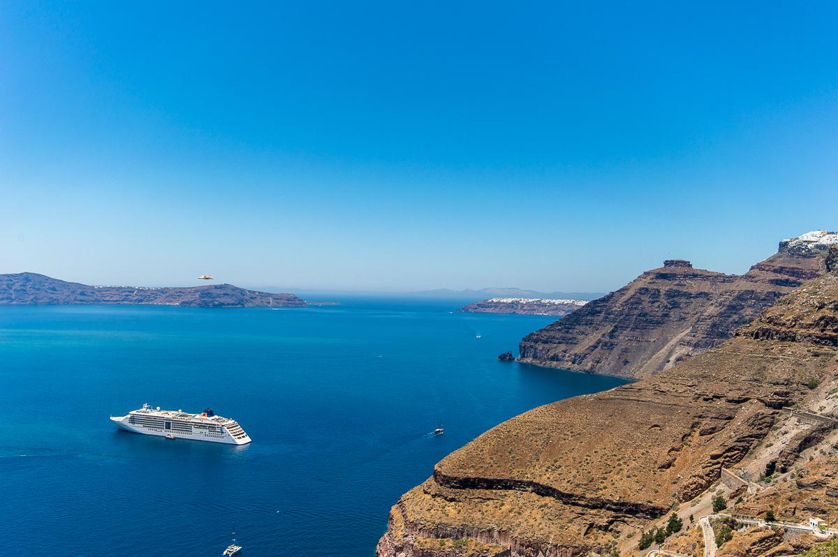 Blick von der Insel auf die MS EUROPA 2 im Meer
